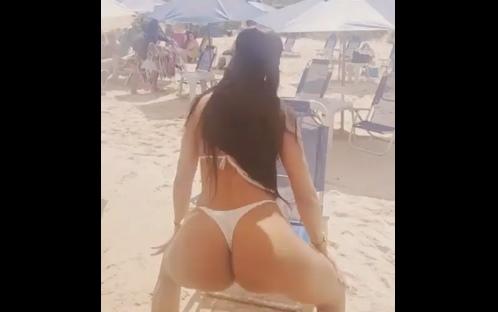 Duas putas gostosas dançando na praia
