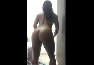Puta bronzeada dançando pelada