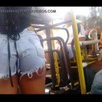 Novinha gostosa de shortinho no ônibus