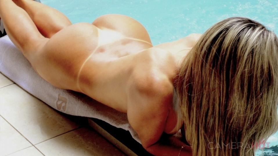 Loira gostosa tomando sol pelada
