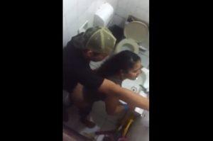 Flagrou a puta dando no banheiro do bar