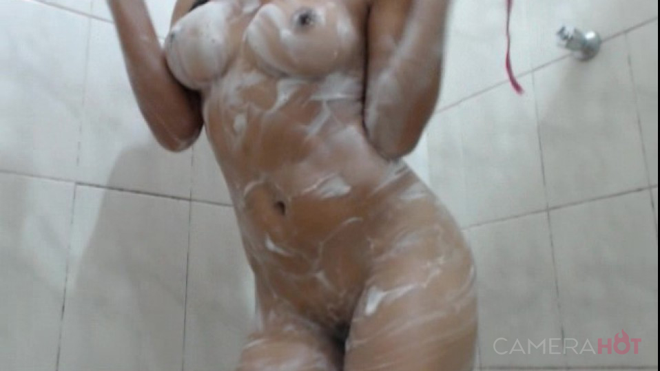 Morena rabudinha tomando banho