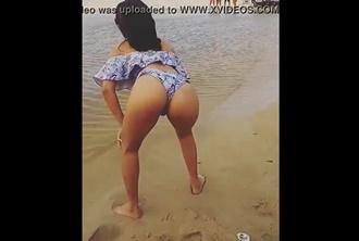 Ninfetinha fazendo dança do acasalamento na praia