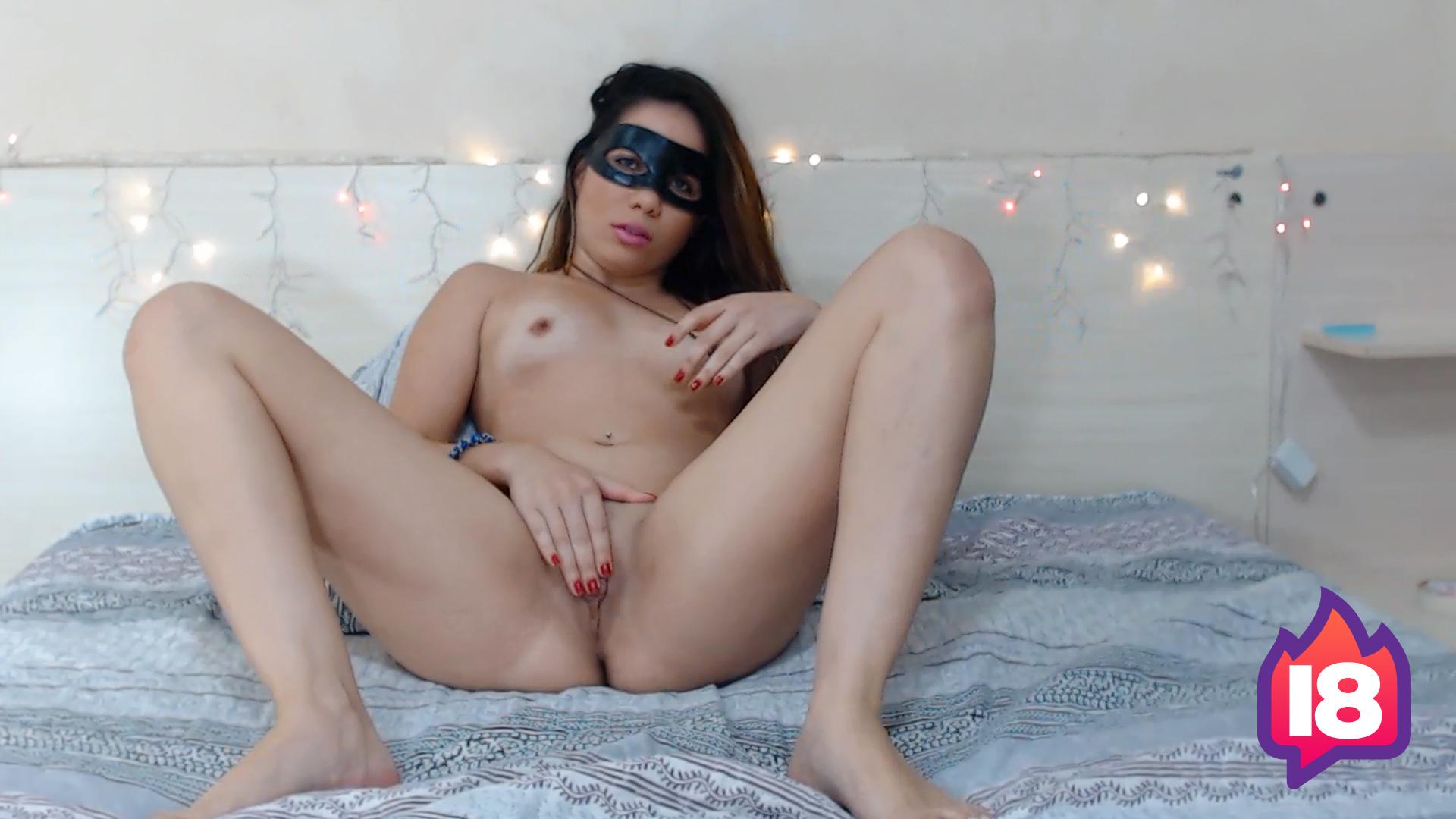 Gostosa se masturbando até gozar na webcam