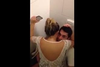 Fazendo sexo no banheiro da balada caiu na net