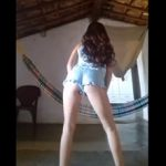 Patrícia dançarina do Youtube adora rebolar