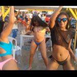 Gostosas dançando e rebolando de biquíni na praia
