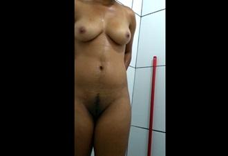 Mulher casada e gostosa toda nua no banheiro se filmando