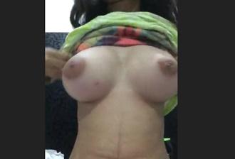 Amadora gostosa mostrando os peitos grandes e gostosos
