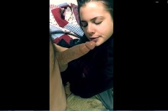 Novinha fazendo boquete babado