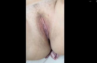Masturbando a bucetinha gulosa