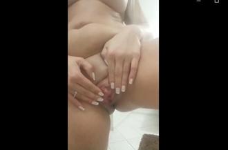 Safada masturba a xoxota