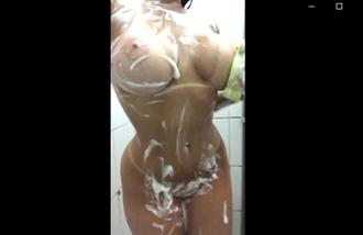 Peituda gostosona no banho